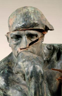 Detail-van-de-beschadigde-Denker-Bron-Auguste-Rodin-foto-Singer-Museum
