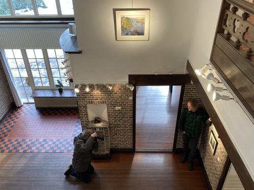 Hilbrand Dijkhuizen fotografeert Siemen Dijkstra in Galerie Wildevuur in Hooghalen